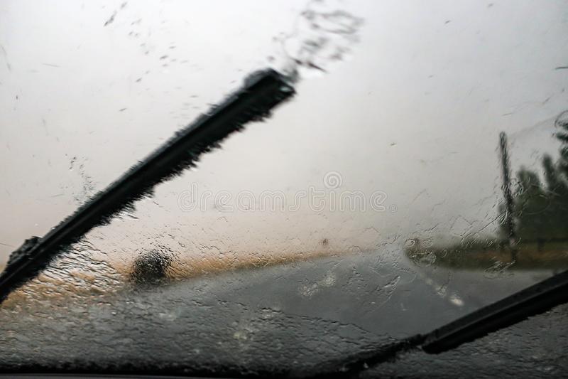 -βροχή-νεροποντή-στον-ανεμοφράκτη-υαλοκαθαριστήρας-125890267.jpg